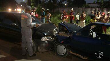 Dois carros se envolvem em acidente no bairro Diamantino - Segundo a SMT, um dos motoristas perdeu o controle quando seguia no sentido centro-bairro.