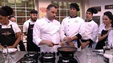 Marco Renzetti dá dica sobre sal na comida - Chef diz que é importante ajustar o sal no final da cocção, principalmente quando se trabalha com redução