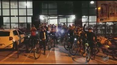 Grupo faz homenagem a ciclistas atropelados por motorista bêbado em Limeira - Caso aconteceu no último fim de semana. Os amigos das vítimas pedalaram pelas ruas de Nova Odessa. Acidente foi no domingo (16).