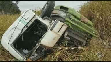 Caminhão perde o controle, derruba poste e cai em matagal em Rio das Pedras - Motorista do veículo morreu.