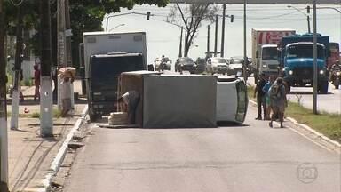 Caminhão tomba na rodovia PE-15 - Acidente aconteceu perto da entrada do bairro de Ouro Preto.