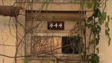 Condições precárias de casarão tombado preocupa moradores de Valença, RJ - As paredes do Instituto Estadual do Patrimônio Cultural estão se desfazendo.