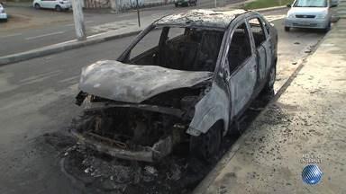 Carro é incendiado em frente ao quartel de Amaralina, em Salvador - Há suspeita de ato criminoso. Confira as imagens.