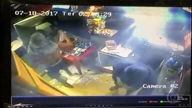 Bandidos armados roubam quiosque na orla de Boa Viagem, em Niterói - As câmeras de segurança filmaram tudo. Um homem foi abordado por dois bandidos, em deles estava armado. O assaltante revista a vítima. E dentro do quiosque, o outro assaltante rouba objetos e bebidas.