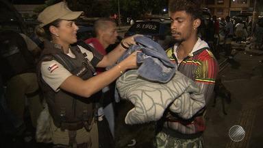 Solidariedade: PM distribui agasalhos e alimentos para moradores de rua em Salvador - Veja como foi a distribuição.