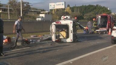 Acidente entre carro e utilitário deixa mortos e feridos em rodovia de Indaiatuba - Quatro vítimas foram socorridas pelos bombeiros, mas duas faleceram no hospital. Carro bateu na traseira de caminhão e capotou.