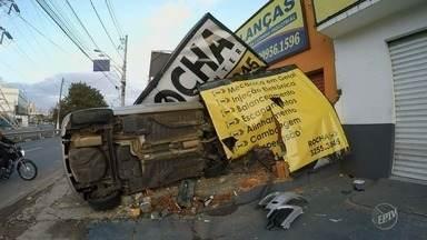 Motorista perde o controle e capota o veículo no Centro de Campinas - O acidente aconteceu durante a madrugada desta quarta-feira (19), na Avenida Orosimbo Maia.