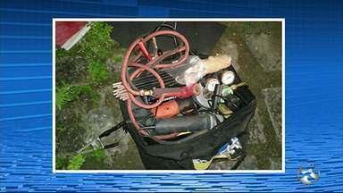Dupla invade agência bancária de São Joaquim do Monte - Criminosos abandonaram objetos dentro do banco e fugiram sem furtar nenhum material.