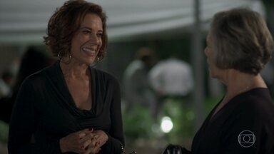 Lígia vê Sabine com Adriano - A mulher de Athaíde flagra a rival na porta do hotel com seu namorado
