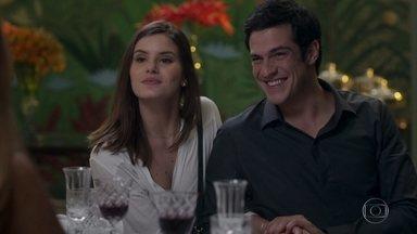 Luíza se junta a Eric no jantar com Ulla - Malagueta diz a Maria Pia que não imaginava que Eric gostasse tanto de Luíza a ponto de não se interessar pela modelo norueguesa