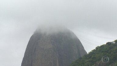 Rio tem o dia mais frio do ano, com chuva e ressaca - Cariocas tiram os casacos do armário e turistas elogiam a paisagem da cidade, apesar do tempo gelado e chuvoso