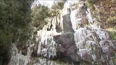 Frio é tanto que congela cachoeira em Urupema, na Serra Catarinense - Recorde do ano foi em Bom Jardim da Serra: 9° C negativos. Em Curitiba, a água até congelou nas torneiras das casas.