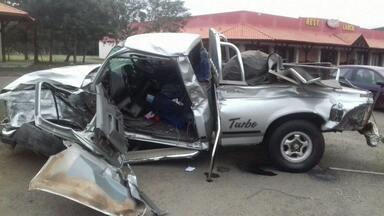 Idoso de 84 anos sobrevive a acidente na BR-277 em Irati - Senhor dirigia caminhonete que, segundo a PRF, bateu em caminhão carregado de bobinas de papel
