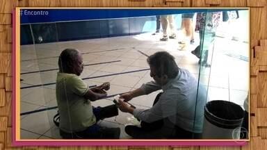 'Encontro' entrevista gerente de banco que atendeu cliente sentado no chão da agência - Luis Cláudio diz que ficou espantado com reações das pessoas ao seu gesto