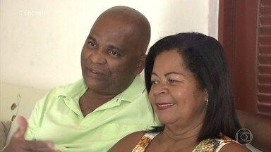 Casal se conhece dentro de ônibus no trânsito em Salvador - Convidados também compartilham suas histórias de amor