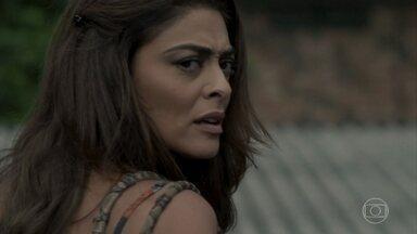 Bibi descobre que Caio está correndo perigo - Ela escuta conversa de Alessia com bandidos