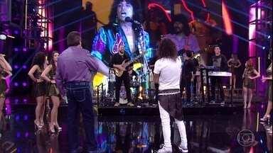 Faustão relembra momentos da carreira de Luiz Caldas - Telão do 'Domingão' mostra o cantor em outras participações no programa