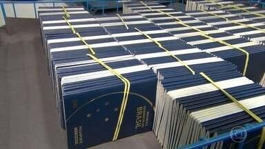 Casa da Moeda volta a produzir passaportes nesta segunda-feira (24) - Após quase um mês sem produzir passaportes, a Casa da Moeda voltou a emitir o passe e espera normalizar a entrega dos documentos em cinco semanas.