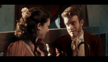 Borboletas no estômago - Catarina se apaixona por um jovem pretendente. Enquanto isso, um novo e jovem padre agita a casa dos Bulhosa
