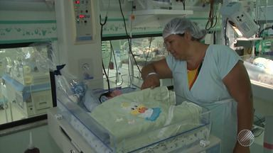 Pai e avós lutam para conseguir criar gêmeos que perderam a mãe após o parto, em Barreiras - A mãe das crianças morreu após uma hemorragia, quatro dias após o parto. A família faz uma campanha para arrecadar fraldas e donativos; veja como ajudar.