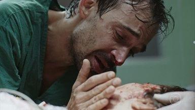 Madalena sofre um acidente e não resiste à cirurgia - Evandro tenta salvar a vida da esposa mas ela acaba morrendo durante a cirurgia