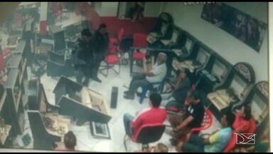 Policiais militares são flagrados vandalizando casa de jogos em São Luís - Ação foi registrada por câmeras de segurança