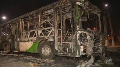 Ônibus é incendiado no San Martin após manifestação de moradores - Na tarde desta quinta-feira um jovem foi morto em confronto com a polícia, o que pode ter relação com o protesto em frente ao CDHU.