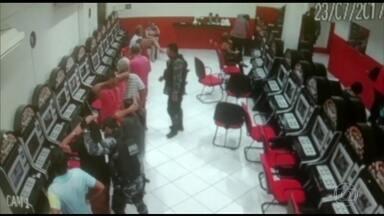 PMs são flagrados destruindo casa clandestina de jogos no Maranhão - Além de destruir tudo, os quatro PMs do Batalhão de Choque deram tiros e soltaram bombas dentro da casa. Eles foram afastados do serviço nas ruas.