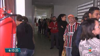 Pacientes enfrentam longas filas no fim do mês para marcar atendimento médico no HU - Situação foi flagrada em Campina Grande.