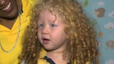 Pais contam história de nascimento de menino albino, no ES - Eles contam que não acreditaram que criança era filha deles.