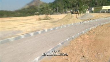 Bairro de Nova Iguaçu vai ganhar área de lazer em local que virou depósito de lixo - Era um terrenão que virou depósito de lixo e agora os moradores vã ganhar uma área de lazer, segundo a prefeitura. A equipe do Redação Móvel chegou a ir ao local por seis vezes.