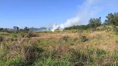 Incêndio atinge matagal e fumaça chama a atenção de moradores em Sorocaba - Um incêndio em uma área de vegetação chamou a atenção dos moradores da região do bairro Alto da Boa Vista, em Sorocaba (SP), na manhã desta sexta-feira (28).