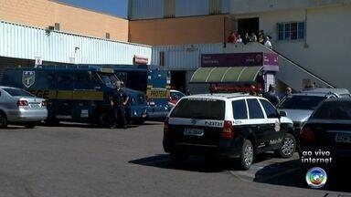 Ladrões vestidos com uniforme de açougueiro roubam carro-forte em Cabreúva - Um carro-forte foi atacado por criminosos no Distrito do Jacaré, em Cabreúva (SP), na manhã desta sexta-feira (28).