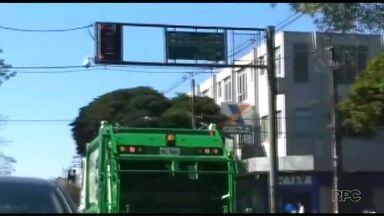 Motoristas da coleta de lixo de Maringá não respeitam o sinal vermelho - A Prefeitura entregou hoje os novos caminhões.