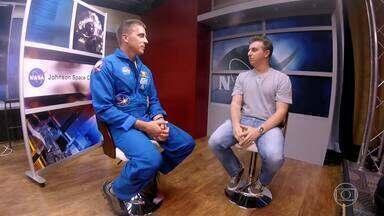 """Luciano Huck conversa com o astronauta Chris Cassidy - Fundado na década de 60, Johnson Space Center é um dos 20 centros da Nasa. Lá, funciona o centro de controle de todas missões espaciais da Nasa - onde são feitos os treinamentos para uma possível viagem ao espaço. Um desses astronautas é Chris, conhecido como """"um homem de missões quase impossíveis"""". Chris conta um pouco da sua história de vida e sua experiência como militar e como astronauta."""