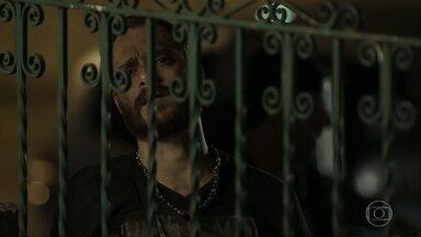 Aurora não consegue impedir Bibi de sair com Batoré - Rubinho foge da prisão