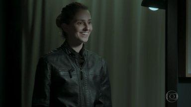 Ivana usa roupa de Ruy e se olha no espelho - Joyce bate na porta e loira se assusta. Biga experimenta o uniforme de motorista de Nonato
