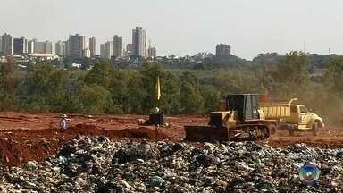 Cetesb proíbe funcionamento de aterro sanitário em Araçatuba - A partir desta terça-feira (1º), é proibido jogar lixo em um aterro sanitário, de Araçatuba (SP). A proibição é da Cetesb, que está preocupada porque o aterro já está no limite da capacidade. A prefeitura tem que encontrar outro lugar ou ampliar o aterro para usar o espaço.