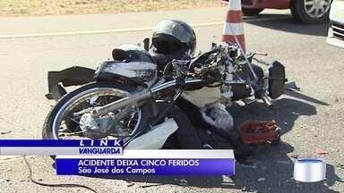 Acidente com sete veículos parou a avenida Mário Covas em São José - Cinco pessoas se machucaram e foram socorridas.