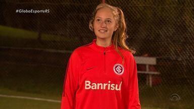 Isadora: a zagueira-artilheira do time do Internacional - Assista ao 1º episódio da série da RBSTV: '#JogaQueNemMulher' .