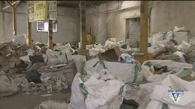 Lei que obriga coleta de lixo reciclável em Santos completa um mês - Separação do lixo é realizada por uma ONG.