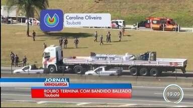 Assalto terminou em tiros na Dutra em Taubaté - Bandidos roubaram um caminhão que transportava combustível.