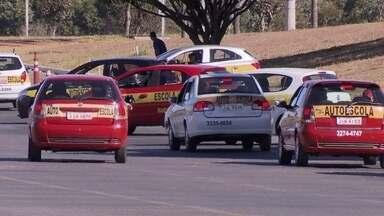 Polícia e Detran investigam esquema que oferece carteira de motorista sem provas e exames - São centenas de anúncios na internet que facilitam a retirada da carteira de motorista.