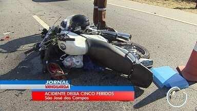 Série de engavetamentos deixou cinco pessoas machucadas - Segundo a polícia, primeiro acidente foi causado por ultrapassagem mal sucedida.