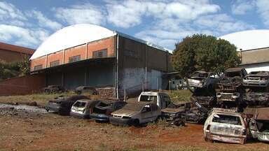 Polícia Civil tem novo depósito para guardar carros apreendidos - O antigo depósito foi desativado depois de ter sido incendiado várias vezes. Os roubos de peças também eram frequentes.