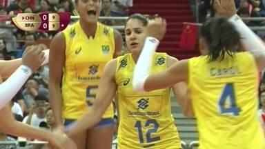 1º Set - Natalia coloca a bola no chão para virar o jogo para o Brasil: 9 a 10 - 1º Set - Natalia coloca a bola no chão para virar o jogo para o Brasil: 9 a 10