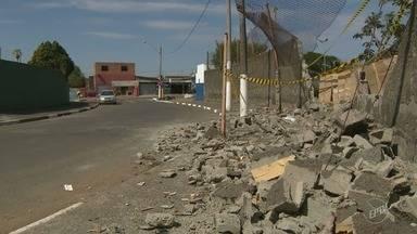 Muro caído há um mês atrapalha pedestres no Jardim Campineiro, em Campinas - Tijolos estão espalhados pela calçada, e a circulação de veículos também está sendo afetada.
