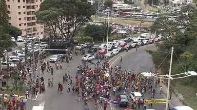 Professores paralisam atividades e protestam em frente à Secretaria de Educação da capital - A paralisação é de 48 horas. Durante o protesto a categoria chegou a fechar as vias da avenida.
