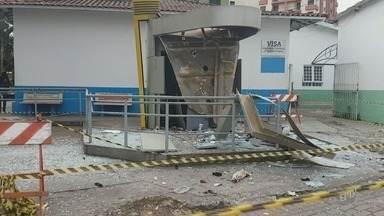 Suspeitos explodem caixas eletrônicos no Centro de Lindóia - Criminosos chegaram a efetuar disparos para evitar a aproximação dos policiais. Valor levado não foi informado pela Polícia Militar.