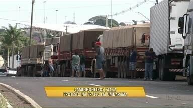 Caminhoneiros fazem paralisação na PR-323 - A manifestação foi próximo ao parque de exposições de Umuarama, apenas carros e motos podiam passar.